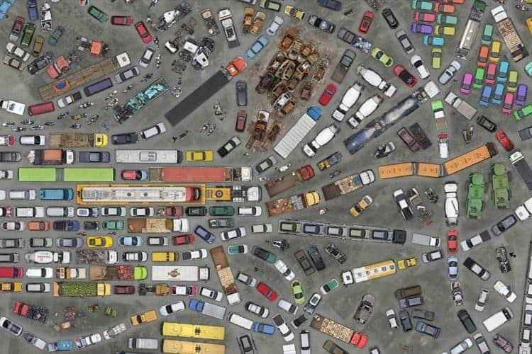 dezena de carros, caminhões, ônibus, tratores e outros veículos vistos de cima