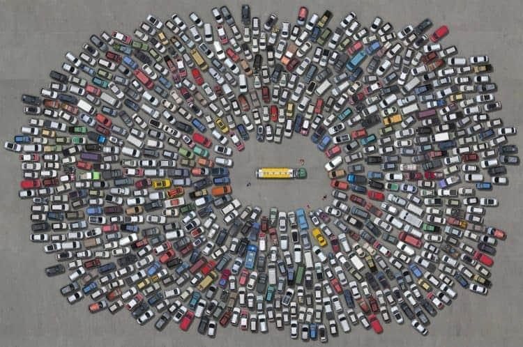 Centenas carros, motos e outros veículos cercam um caminhão, em referência à greve de caminhoneiros de 2018