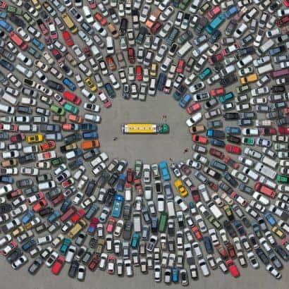 Centenas de carros, motos e outros veículos cercam um caminhão, em referência à greve de caminhoneiros de 2018