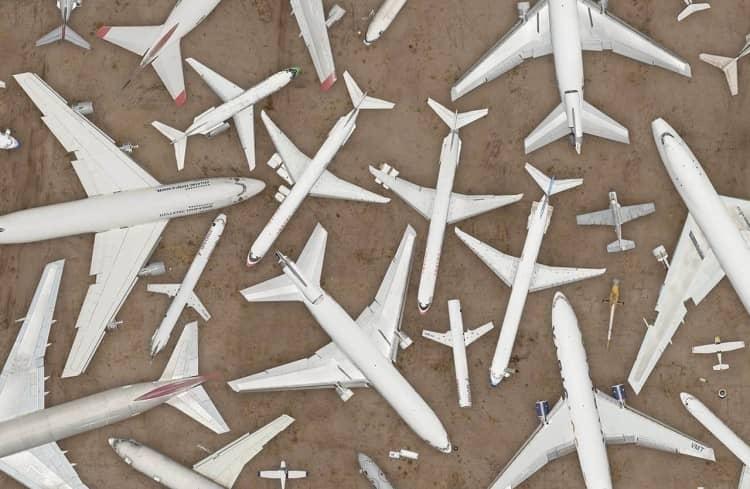 aviões no deserto, apontando para várias direções e vistos de cima, sugerindo formas geométricas