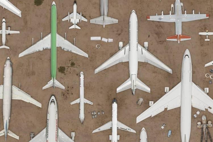 alguns aviões no deserto, vistos de cima, apontando para o norte, sugerindo formas geométricas