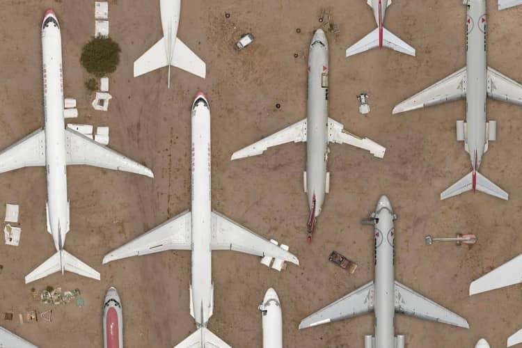 aviões no deserto, vistos de cima, apontando para o norte, sugerindo formas geométricas