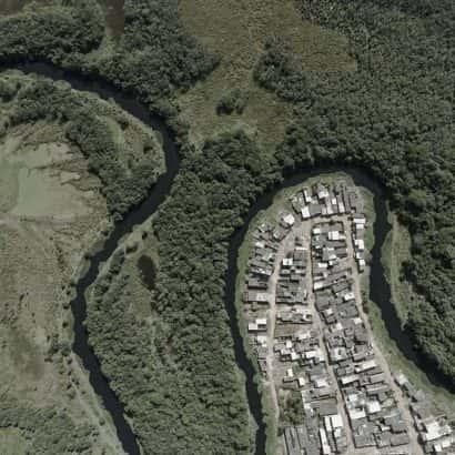 Mata e favela separados por um rio em curvas