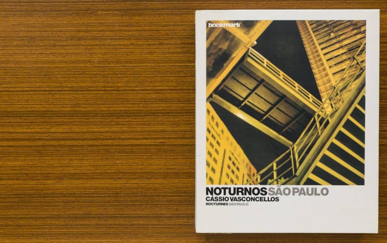 fotolivro Noturnos São Paulo fechado, sobre mesa de madeira
